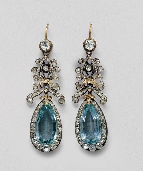 Aquamarine earrings belonging to Queen Louise with diamonds and diamond rosettes./ Pendientes que pertenecían a la reina Louise con diamantes y rosetones de diamantes.