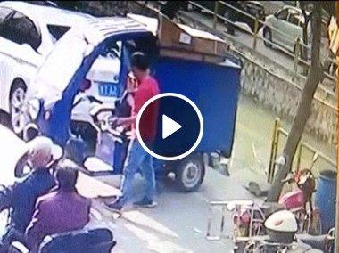 Homem estaciona moto e ela desce em rio.
