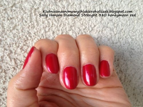 Klub Nieanonimowych Lakieroholiczek: Sally Hansen Diamond Strenght 380 honeymoon red