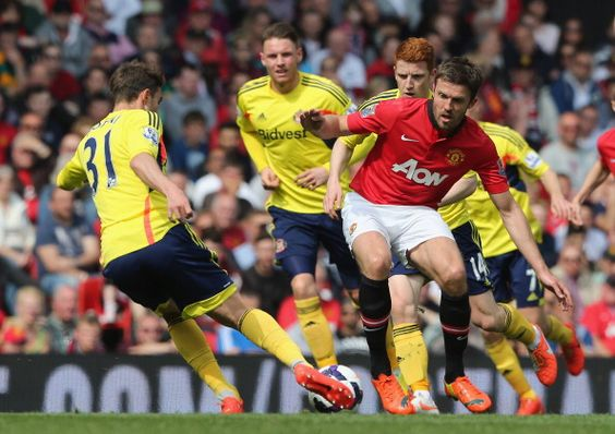 Michael Carrick of Manchester United in action with Fabio Borini of... ニュース写真 487977595