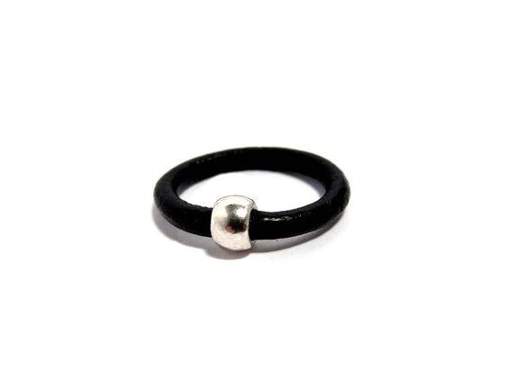 Lederring mit Perle  - Ring 1 von HANDMADE auf DaWanda.com