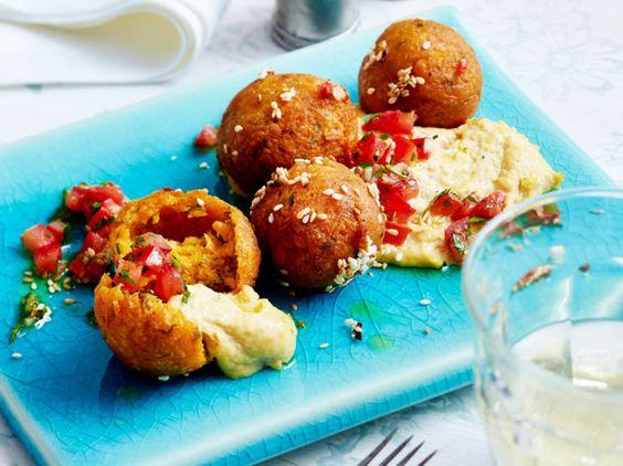 Unser beliebtes Rezept für Süßkartoffel-Falafel mit Tomaten-Salsa und Hummus und mehr als 55.000 weitere kostenlose Rezepte auf LECKER.de.