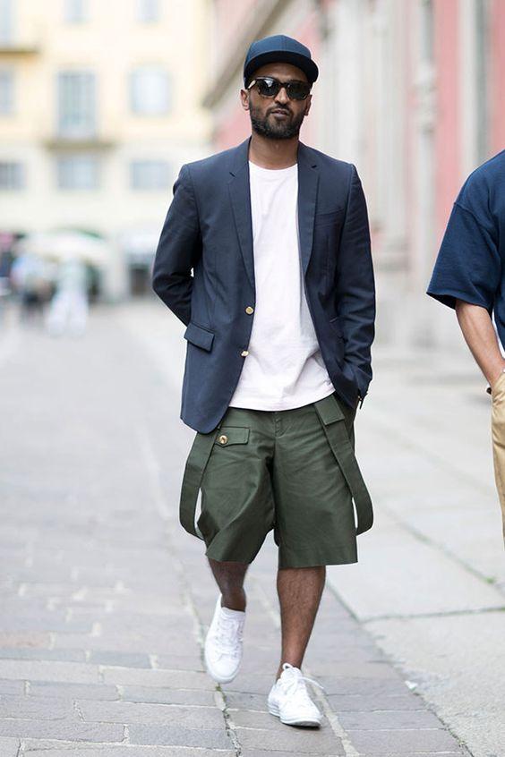 紺キャップ×紺テーラードジャケット×白無地Tシャツ×カーキハーフパンツ×白ローカットスニーカー | メンズファッションスナップ フリーク | 着こなしNo:157989