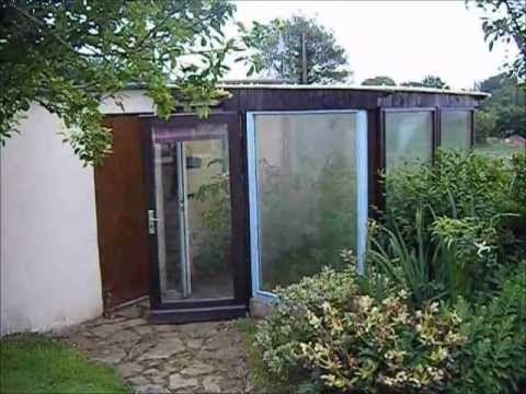 Une serre de jardin faite entièrement maison