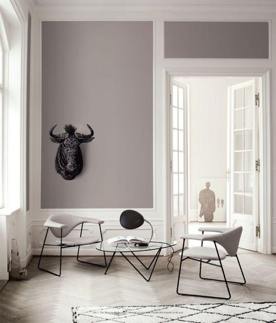 interno bianco e grigio luminoso con splendidi soffitti alti e ... - Arredamento Minimalista