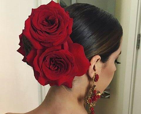 """Flores y """"roses"""" en el pelo es parte de la cultura y las tradiciones de danza y música: especialmente el tango."""