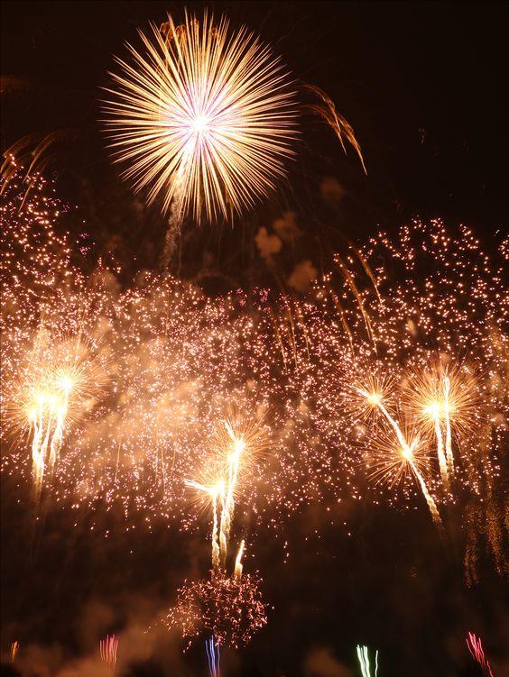 大きな花火を中心にはじける土浦の花火