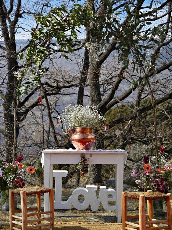 Si quieres celebrar una boda al aire libre, ¡toma nota de estas ideas para decorar un altar con mucho estilo!: