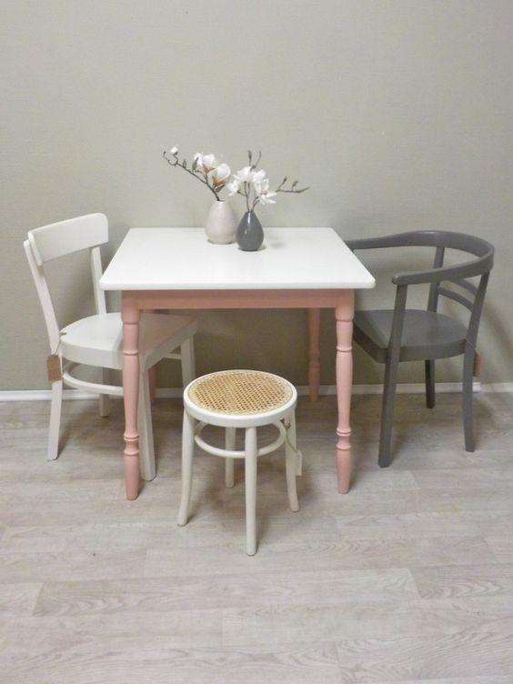 Quadratischer (Küchen-) Tisch mit demontierbaren gedrechselten Tischbeinen. Das Untergestell ist Altrosa lackiert, die Tischplatte ist mit Cremeweißen Resopal beschichtet und hat minimale Makel/Kratzer. Die Tischbeine sind leicht nach außen gestellt. Insgesamt ein pflegeleichter Tisch für kleine Küchen. #Table #Kitchetable #rose #rosa #Nachhaltig #Nachhaltigkeit #Küchentisch #Esstisch #Shabby #Retrosalon
