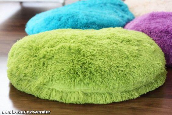 Nádherný chlupatý polštář na zem puf
