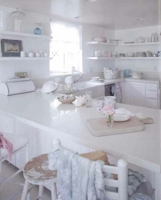 Rachel ashwell 39 s kitchen love the white quartz counters maybe faux marble is not rachel - Cucina shabby bianca ...