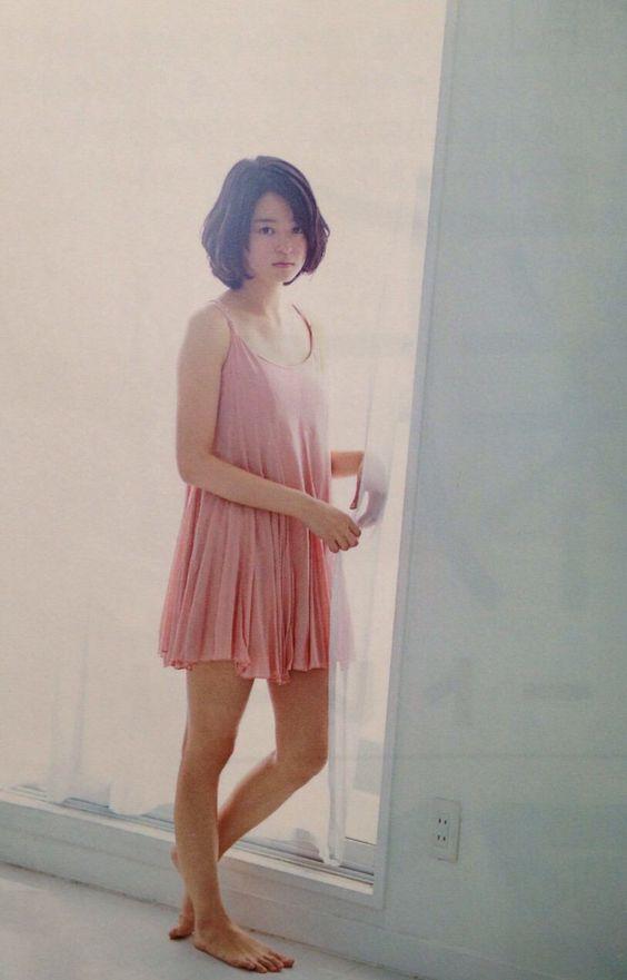 ピンクのワンピースを着た素足で立っている小林涼子の画像