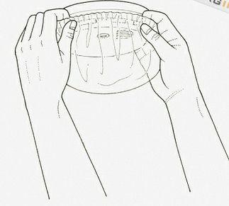 Coloque un gorro de ducha en torno a un detector de humo excesivamente sensible. Asegure con una banda elástica.  Ahora usted nunca tendrá que subir a una escalera para apagarlo cada vez que cocine o tome una ducha