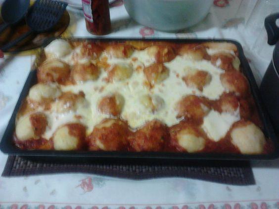 Massa:  - 1 kg de batata cozida com casca  - 2 colheres (sopa) de margarina com sal  - Recheio:  - 2 peitos de frango cozidos sem pele  - Sal a gosto  - 1 colher (sopa) de molho de tomate  - Temperos como cebola, alho, salsinha a gosto  - Molho:  - 2 latas de molho de tomate pronto  - 2 tomates sem pele e sem sementes cortados em cubos  - Para cobrir:  - 2 copos de requeijão cremoso ou queijo tipo catupiry (se preferir)  - Mussarela ralada a vontade  -