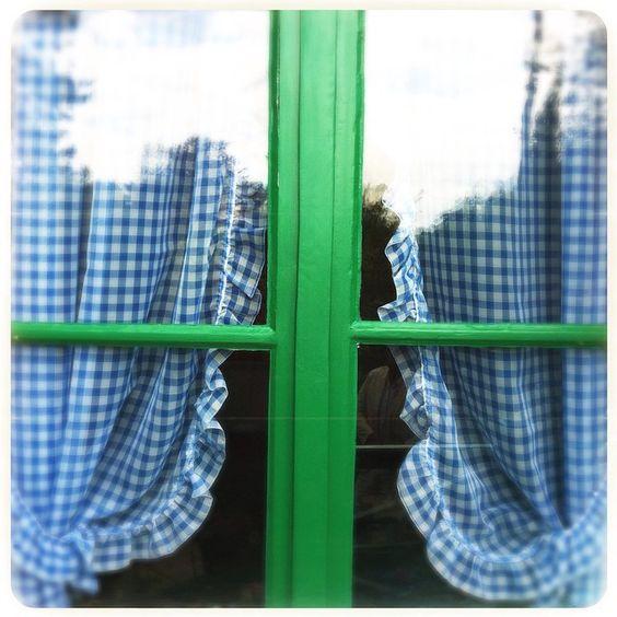 La maison de Claude Monet #Giverny #fenêtre #rideaux #vert #bleu #window #green #blue