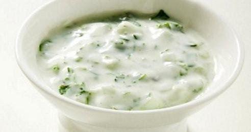 Como Hacer Una Salsa De Yogur Natural Con Menta Muy Facil Y Sabrosa Receta De Salsa De Yogur Natural Super Facil Salsa De Yog Food Yummy Food Cuban Recipes