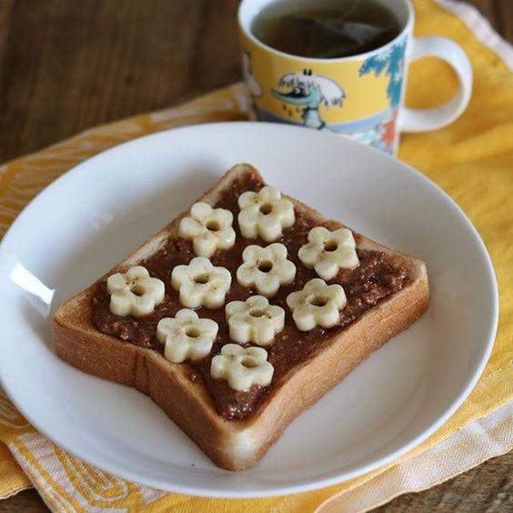 cao_life on Instagram pinned by myThings おはようございます ・ バナナのお花トーストで朝ごはん 以前、無糖のピーナッツバターで口の中が砂漠になると書いたら、コメントでバナナを合わせるといいと教えていただき、やってみたけど私にはそれでもまだやや砂漠だったので、今朝はピーナッツバターに少し砂糖を混ぜて塗ってみました。 強引ですが、砂漠脱出成功 バナナ、合うー!! ・ ・ さて、用意して、楽しみにしてたお出かけに行ってきます! 昼にガッツリ食べそうなので、朝ごはんはこれだけで◎ ・ ・ そうそう、コメントがすぐまとめられてしまい、なかなか返信が打てないので、質問の返事をここに書きますね。 カエルトーストは、「パンDEポップ!アップ!」という道具を使って作っています 食パンは6枚切りを使用しました 付属のパーツで、カエル以外にもクマとパンダができるし、その3種類のサンドイッチもできるという、なかなかの優れもの✨ 私は2年くらい前に買ったのですが、最近テレビで紹介されていたそうですよ(*´∀`*)…