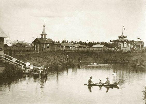 Фотография сделана в саду Жуковского её почётным директором Алексеем Кузнецовым в начале XX века (из архива библиотеки ОДОРА)