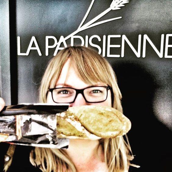 aujourd'hui j'ai mangé la meme baguette que la president de france 🇫🇷 #meilleurbaguettedeparis #deuxblondesàparis #laparisienne