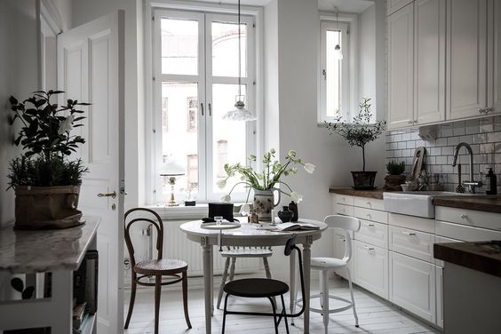 kitchen in perfectly styled monochrome home, via http://www.scandinavianlovesong.com/