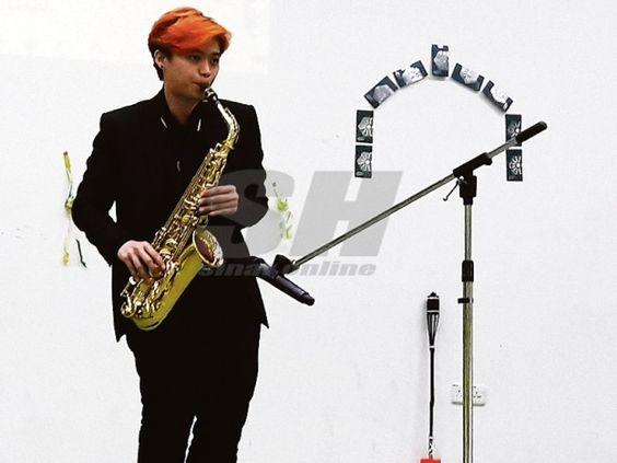 Kisah wanita peniup saksofon   Ke Yin meniup saksofon dalam satu majlis yang menjemputnya untuk membuat persembahan.  SINONIMmeniup saksofon adalah dalam kalangan lelaki namun tembok itu cuba dipecahkan oleh seorang wanita berusia 27 tahun apabila kini dikenali sebagai pemain saksofon gaya bebas wanita pertama di Malaysia serta berupaya menjana pendapatan tetap daripada kemahiran bermain alat muzik itu. Menurut Tay Ke Yin pembabitannya bermain alat muzik berkenaan adalah secara tiba-tiba…