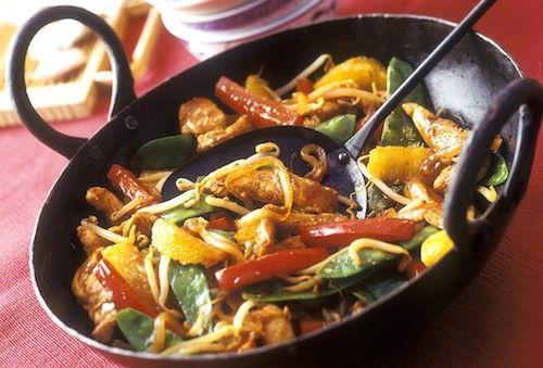 Appréciez ce wok de légumes au poulet arrosé de sauce soja. Une recette originale qui est composée de viande blanche et légumes.