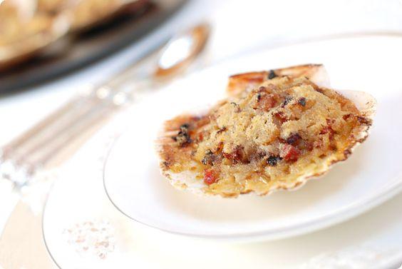 Receta de Vieiras al horno como se preparan en Galicia. Una receta de lujo para quedar bien en cualquier fiesta. Usa siempre un buen vino y marisco gallego.