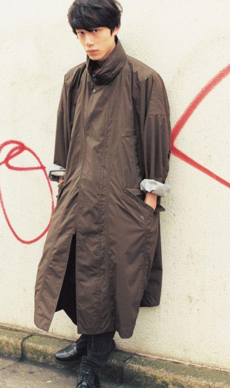 ソリッドカラーロングコートの坂口健太郎のファッション