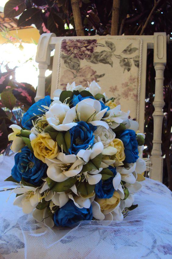 Buquê com flores do campo tonalizadas na cor azul royal.