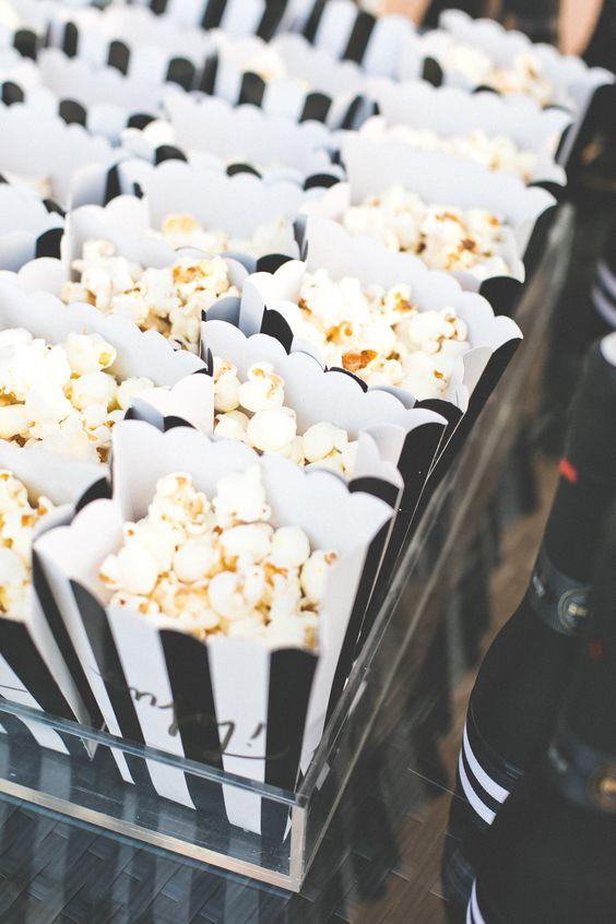 Festa de 15 anos em preto e branco - pipoca em caixinhas com cores da festa | Sweet Fifteen + Black and White, popcorn: