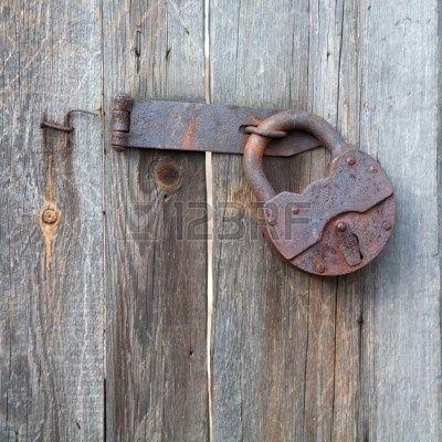 Roestig oud hangslot op een houten schutting stockfoto 3338595 sluitingen pinterest foto 39 s - Latwerk houten ...