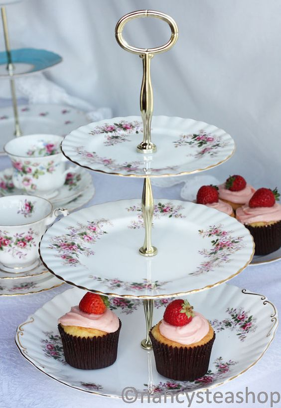 Royal albert 3 tier cake stand pretty lavender rose for Pretty cake stands