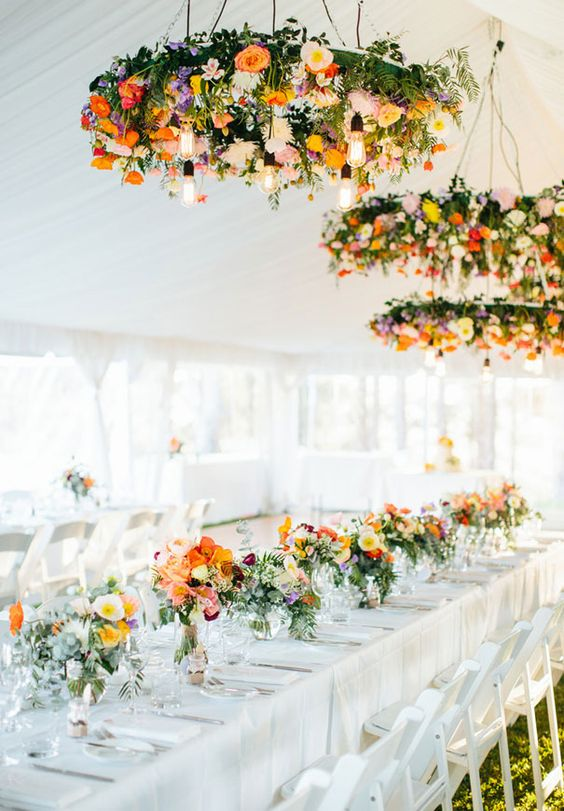 Decoracion de flores con frascos y flores colgantes: