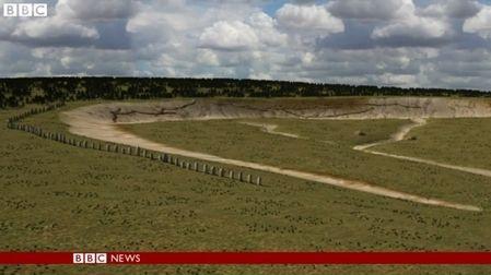考古学家使用雷达设备发现另一种巨石阵,其历史也有4,500年之久,仅距离环型巨石阵1.6公里(1英里)远,但其排列特点却是直线,其原因尚无法探知。 - 科技新闻
