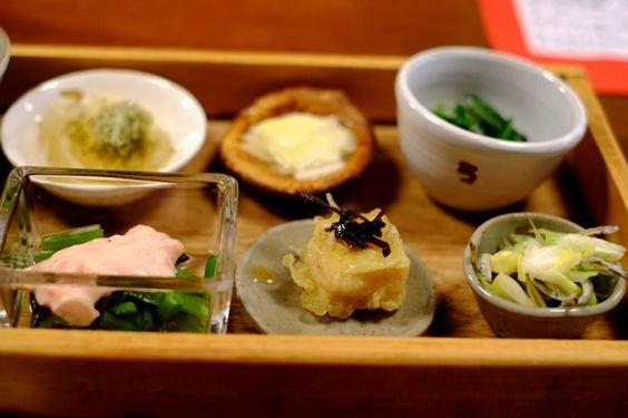 ランチで人気なのは、「ろろろ弁当」。二弾重ねの弁当は、1段目が野菜中心の前菜です。