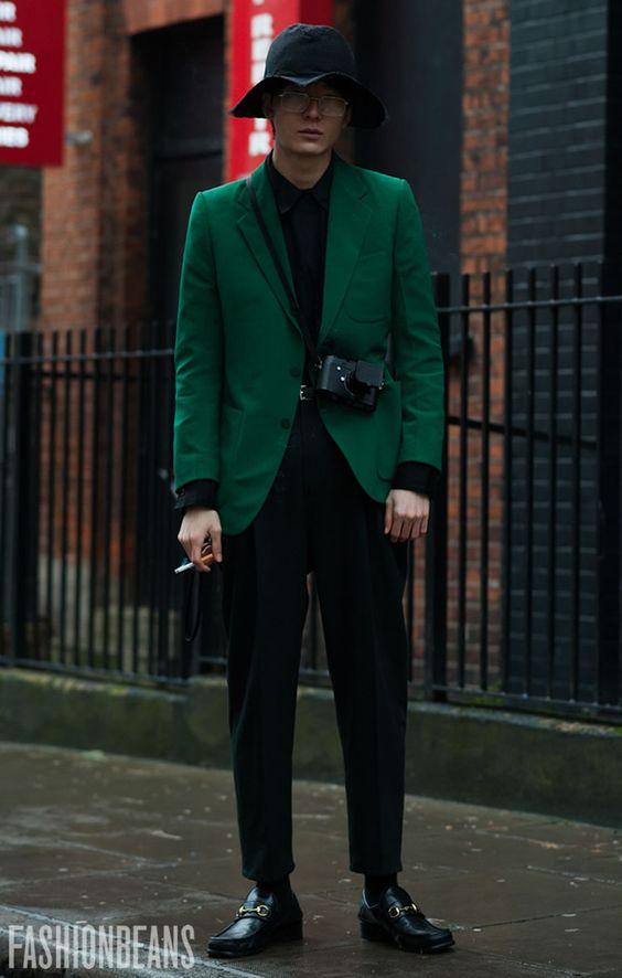 グリーンジャケット×黒シャツ×黒スラックス