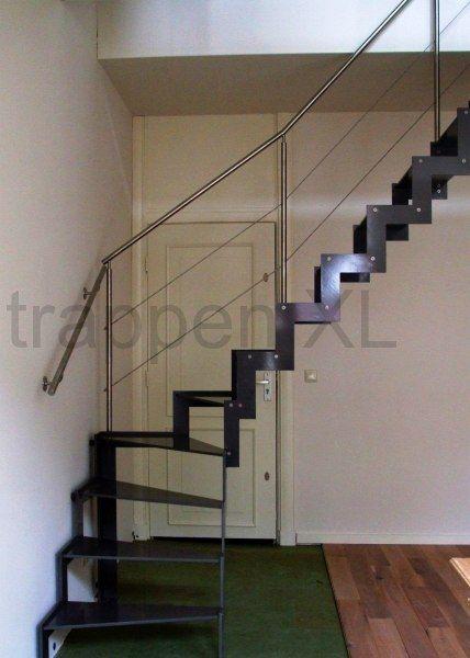 Stalen trap uitgevoerd met stalen plaattreden en rvs leuningen minimalistische trap - Moderne trap kwartslag ...