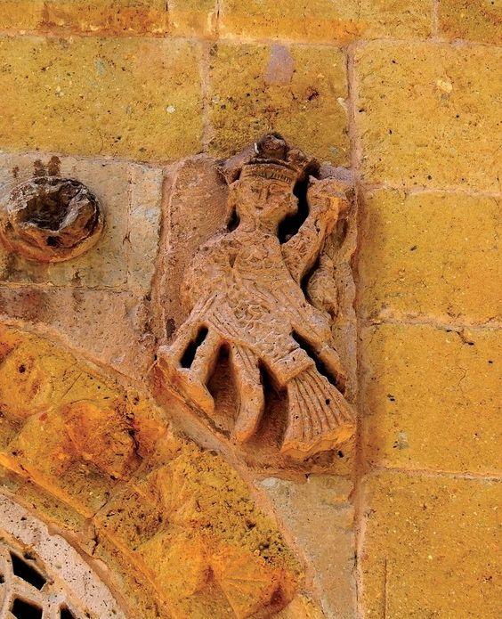 Konya Karatay Madrasa Konya İnce Minareli Medrese (Sahip Ata Darülhadisi) Kayseri Karatay Han'ı taçkapısı, Niğde Hüdavent Hatun Türbesi gibi yapılarda da görülen siren figürünün evrenin merkezini belirlediği, yolcuları koruduğu ve uğur getirdiği varsayılmaktadır