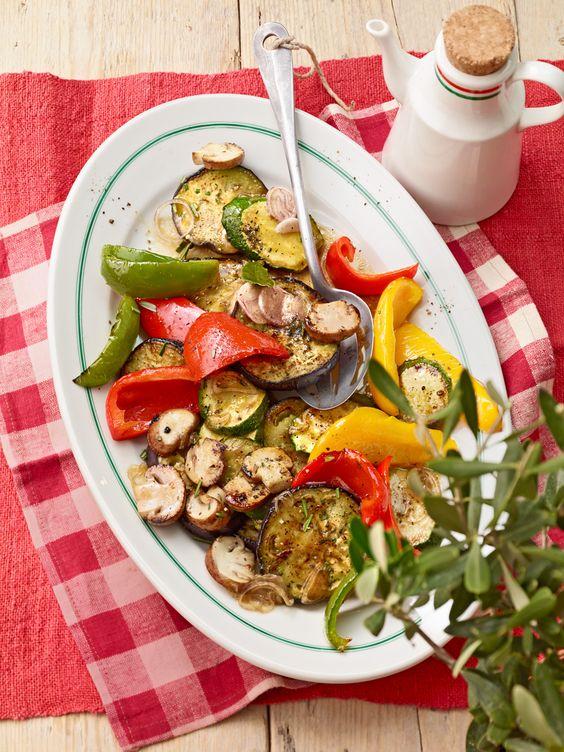 Antipasti-Platte mit Zucchini, Paprika und Pilzen