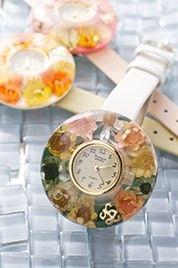 ベゼルの中に本物のお花が入った腕時計です。ベゼルとベルトはご自由に組み換えが可能ですので、その日の気分によって付け替えをお楽しみいただけます。自然の花を使用し... ハンドメイド、手作り、手仕事品の通販・販売・購入ならCreema。