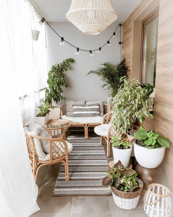een klein balkon inrichten met een smalle loper als buitenkleed