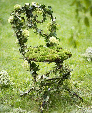 Chaise de jardin recouverte de lierre et de mousse végétale