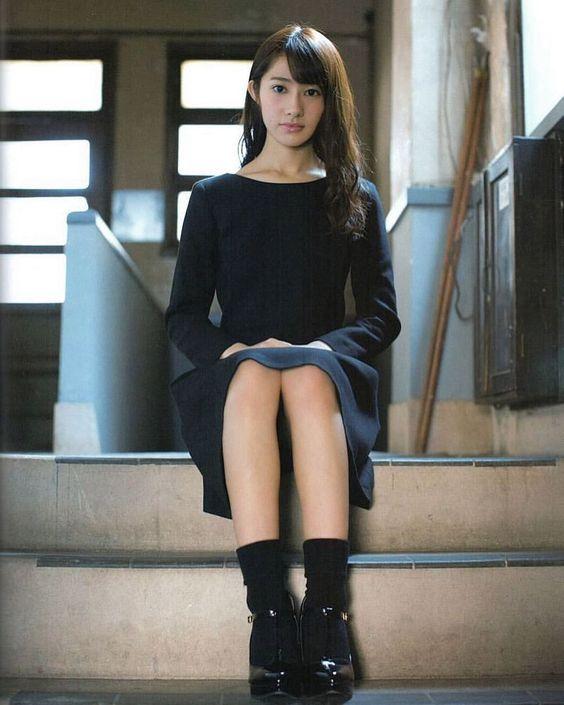 階段に座る桜井玲香のかわいい画像