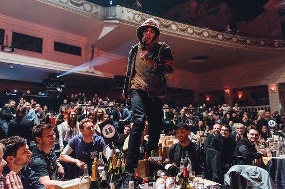 Oliver Sykes, vocalista do Bring Me The Horizon, pulou, cantou e quebrou mesa onde estava o Coldplay durante premiação da NME. Assista ao vídeo.