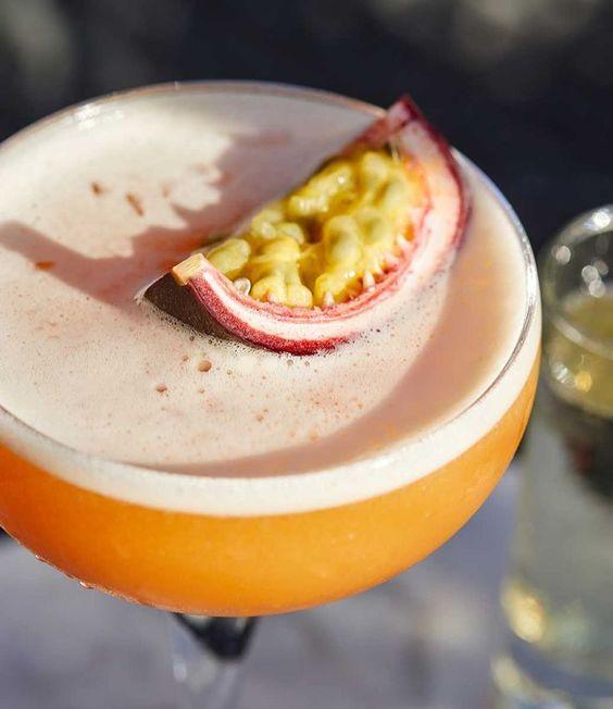 una copa con un cóctel de fruta de la pasión cóctel vista desde arriba