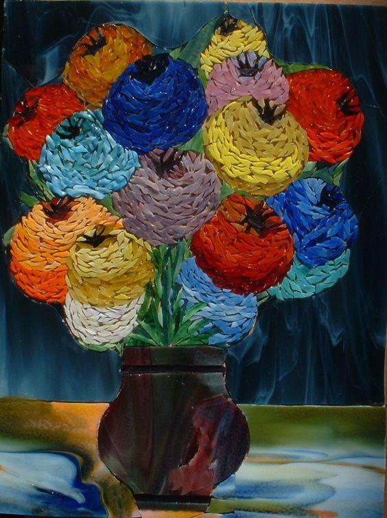 Bouquet de zinnias pompon dans un vase pourpre