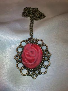Collar con rosa de piel en color rojo.