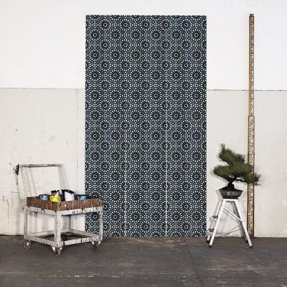 Marcada pela geometria, essa estampa se inspirou na azulejaria do Palácio de Granada na Andaluzia, porém com a prevalência de cores mais cítricas e POP.