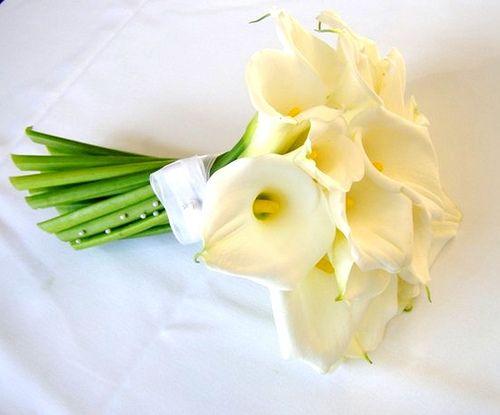 Buquê de noiva com copo-de-leite e minipérolas adornando o cabo:
