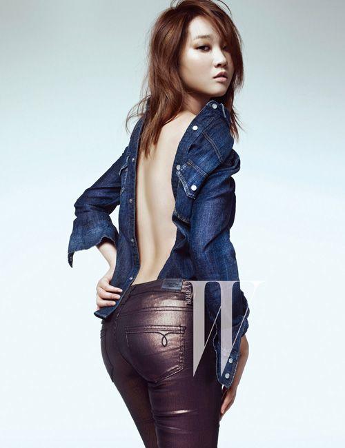 장윤주는 최근 패션 매거진 더블유 코리아(W korea) 화보 촬영에서 심플하지만 충분히 화려하고 글래머러스한 자태를 뽐냈다.